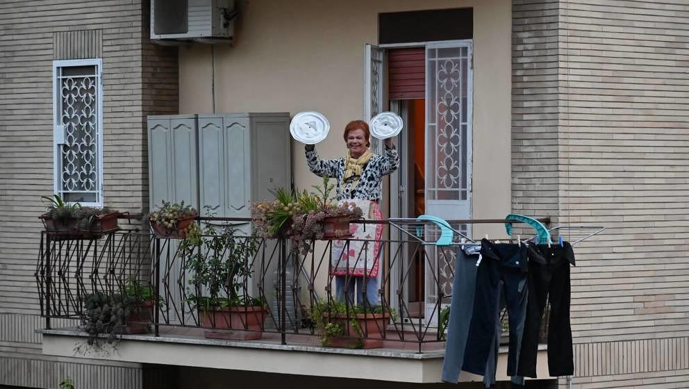 """Eine Frau nutzt Topf-Deckel, um bei dem Flashmob """"Affacciati alla Finestra, Roma Mia!"""" (auf Deutsch: """"Schau' aus dem Fe"""