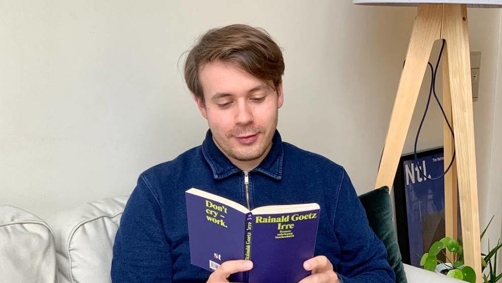 Ist (noch) nicht irre, sondern liest nur den gleichnamigen Rainald-Goetz-Roman: ME-Autor Florian Kölsch.