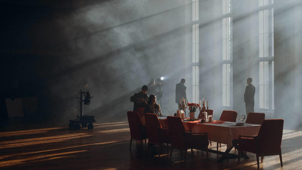 """Lea Porcelains neuer Song """"Future Hurry Slow"""" soll uns daran erinnern, wie sehr wir einander als Gesellschaft brauchen."""