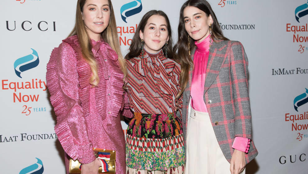 NEW YORK, NY - OCTOBER 30:  (L-R) Este Haim, Alana Haim and Danielle Haim of HAIM attend the 2017 Equality Now Gala at Gotham