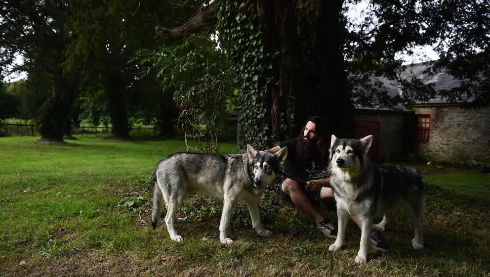 """William Mulhall mit seinen beiden """"Leitwölfen"""" Odin und Thor beim """"Game of Thrones Winterfell Festival"""" in Castlewar"""