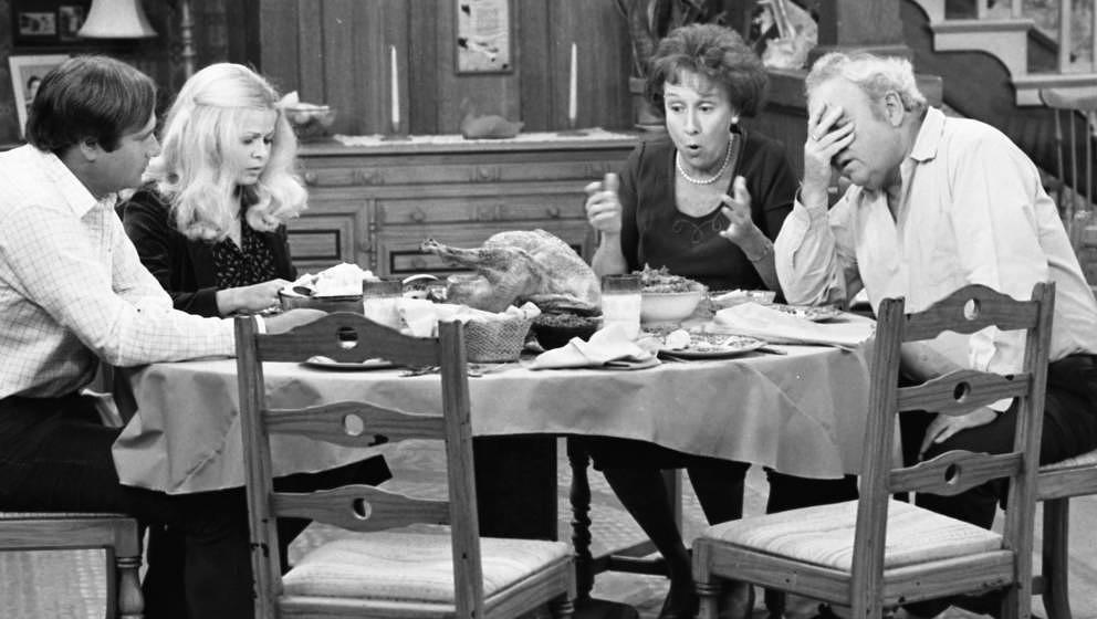 """Rob Reiner, Sally Struthers, Caroll O'Connor und Jean Stapleton am Set von """"All in the Family"""" im Jahr 1978. Die Sitcom l"""