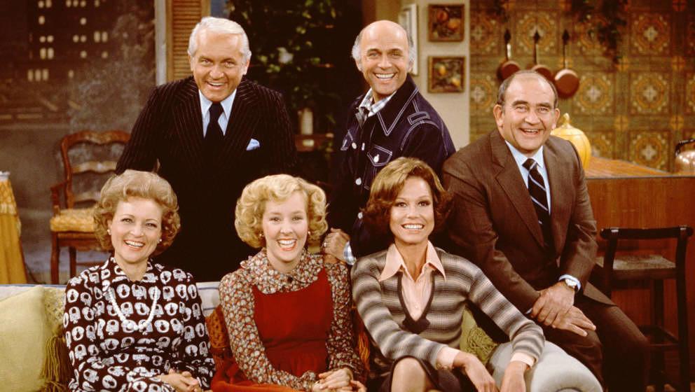 "Betty White, Ted Knight, Georgia Engel, Gavin McLeod, Mary Tyler Moore und Ed Asner posieren am Set der Sitcom ""Mary Tyler"