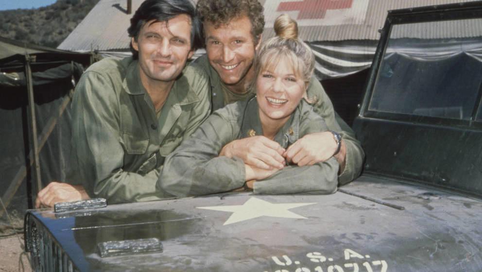 """Alan Alda, Wayne Rogers und Loretta Swit posieren für ein Foto am Set von """"M*A*S*H"""". Die Sitcom lief zwischen 1972 und 1"""