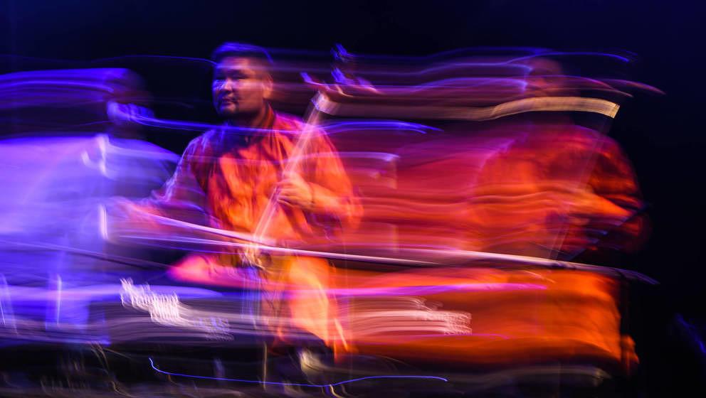 """Auch bei """"Radiooo"""" zu finden: Nara Purevdorj aus der Mongolei beim Rainforest World Music Festival im Sarawak Cultural Vi"""