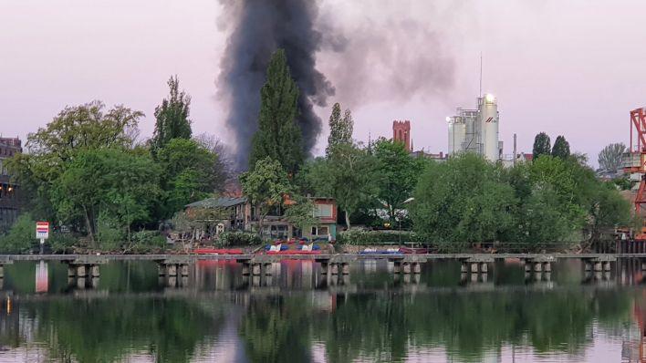 Eine Rauchwolke steigt aus der ausgebrannten Ipse empor.