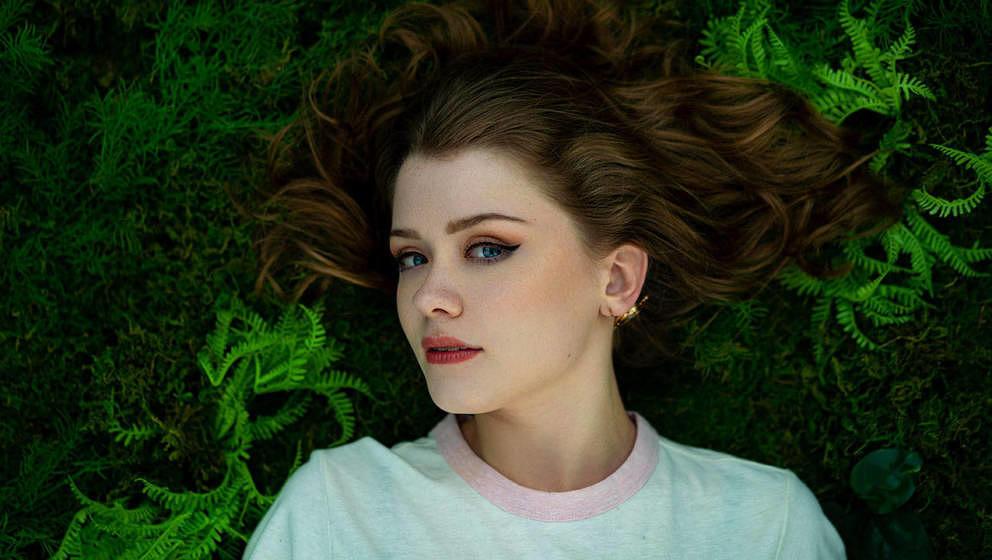 Die erst 19-jährige Pop-Sängerin und Singer/Songwriterin Maisie Peters spielt heute ein Live-Set bei unseren #DaheimDabeiKo
