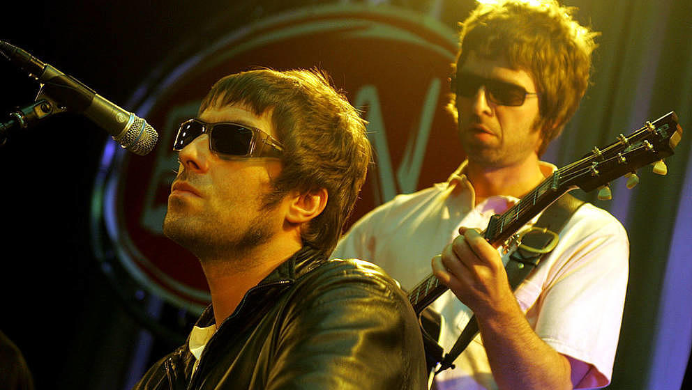 NETHERLANDS - JUNE 01:  Photo of Noel GALLAGHER and Liam GALLAGHER and OASIS; Liam Gallagher & Noel Gallagher performing