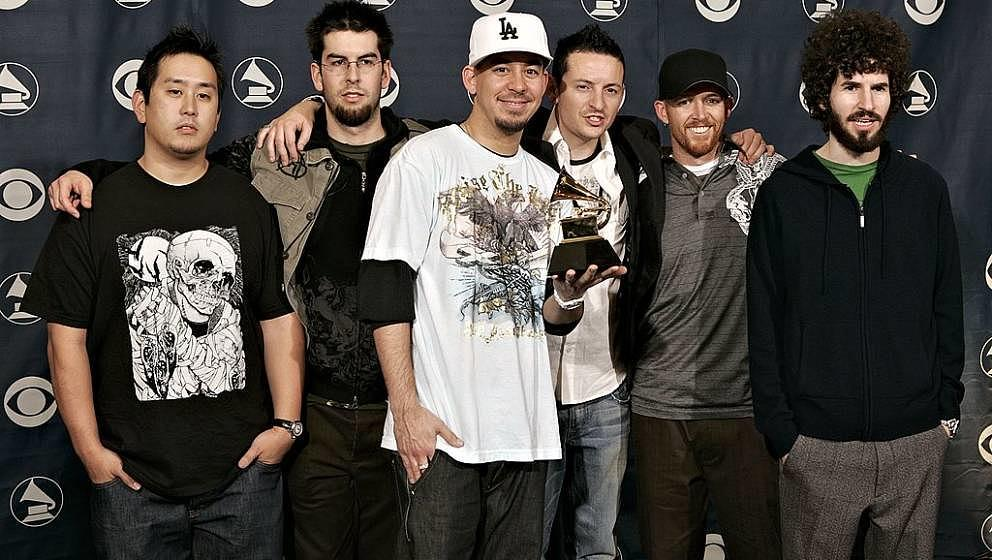 LOS ANGELES, CA - FEBRUARY 08:  The group Linkin Park with their award for Best Rap/Sung Collaboration poses in the press roo