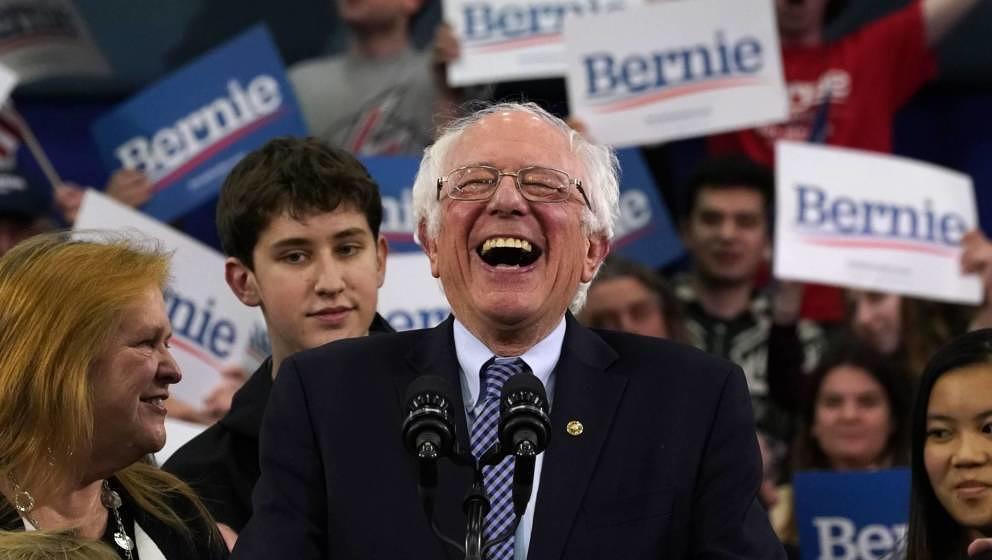 Die meisten Twitter-User feiern US-Senator Bernie Sanders für seine öffentlich zur Schau gestellte Liebe für die Red Hot C