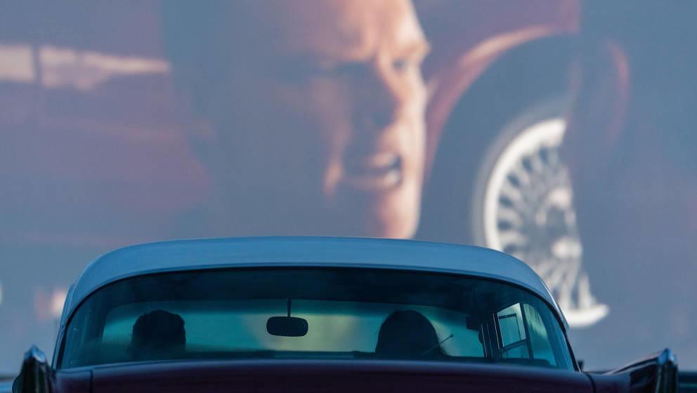 12.05.2020, Sachsen, Dresden: Ein Chevrolet steht bei der Eröffnung des Autokinos im Ostragehege während des Films 'Le Mans