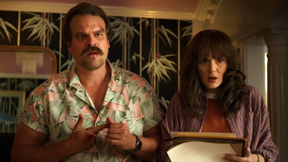 """In der vierten Staffel von """"Stranger Things"""" zeigt Hopper ganz neue Facetten"""