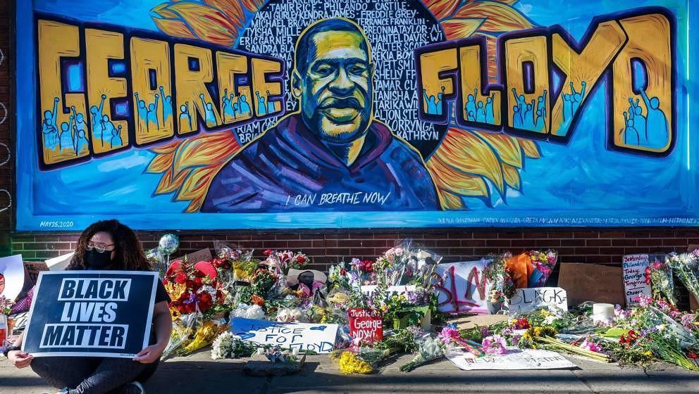 Blumen, Schilder und Ballons liegen am Memorial von George Floyd, nur wenige Schritte von dem Ort entfernt, an dem er zu Bode