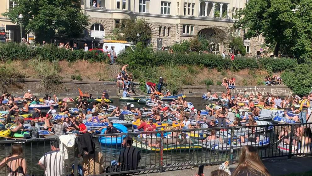31.05.2020, Berlin: Das Standbild aus einem Video zeigt eine Wasser-Demonstration mit Booten auf dem Landwehrkanal. Die Demon