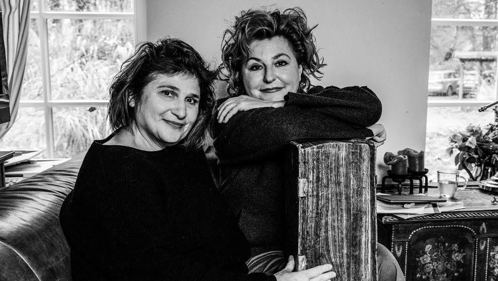 """""""Unter Pfarrerstöchtern"""" ist ein Podcast der beiden Schwestern Johanna Haberer (links im Bild) und Sabine Rückert (rech"""