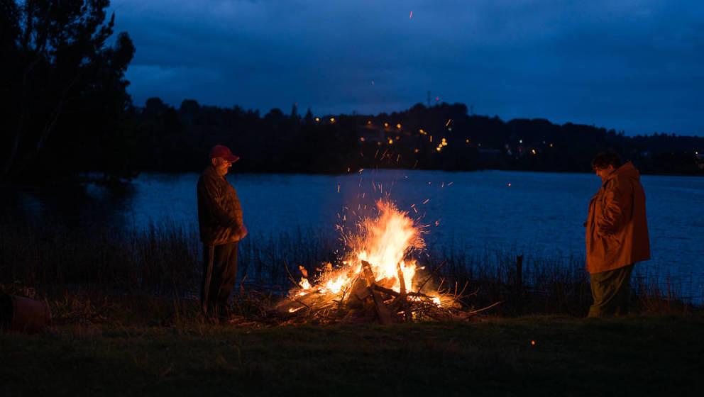 Ein Lagerfeuer am See: Memo (Jorge Garcia) und sein Onkel gemeinsam in der chilenischen Einöde.