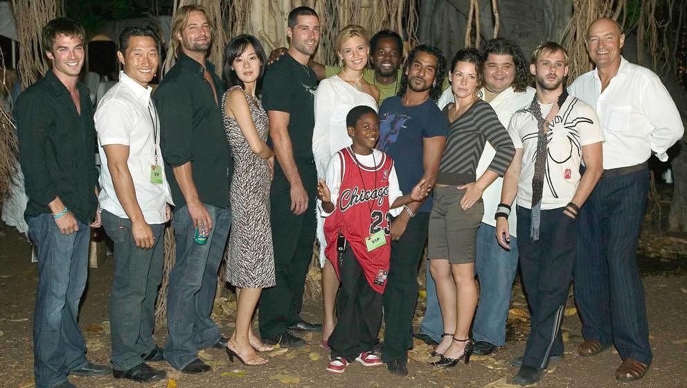 """Die Besetzung der ersten Staffel von """"Lost"""" posiert an einem Strand von Honolulu, Hawaii am 28. August 2004."""