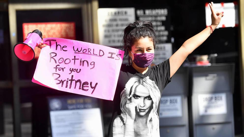 """Eine Unterstützerin von Britney Spears vorm Gerichtssaal in Los Angeles am 22. Juli 2020. """"Leave Britney Alone!"""", forder"""