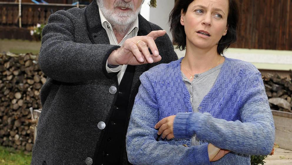 ARCHIV - Die Schauspielerin Jule Ronstedt als Bäuerin Kathi Fenzl und Fred Stillkrauth als ihr Filmvater Quirin Fenzl unterh