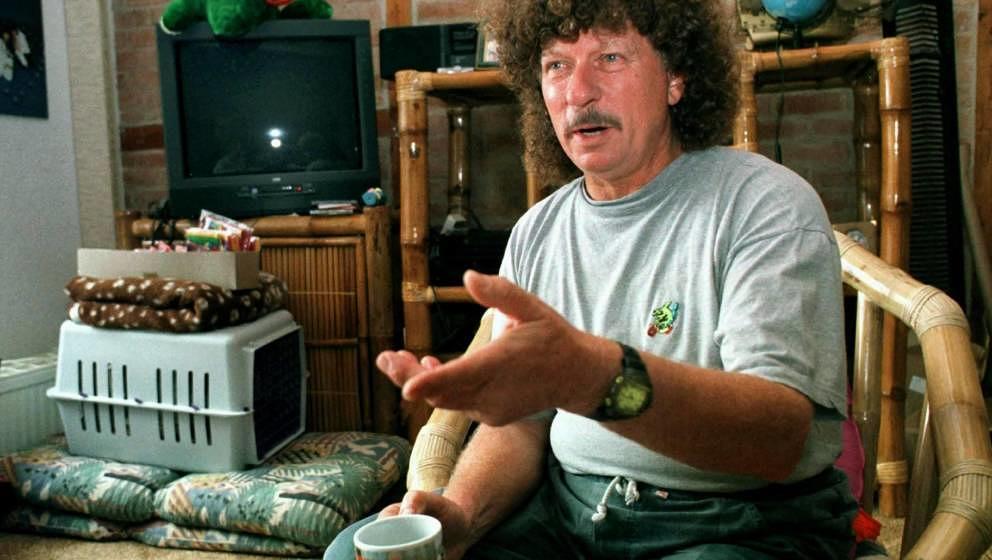 DDR-Rockmusiker Harry Jeske hier bei einem Interview in seinem Haus an der Wismarbucht.