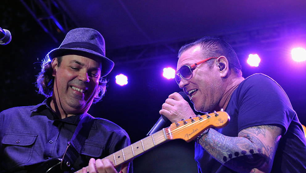 LOS ANGELES, CA - JULY 20:  Guitarist Sam Eigen and singer Steve Harwell of Smash Mouth perform at The Park at The Grove on J