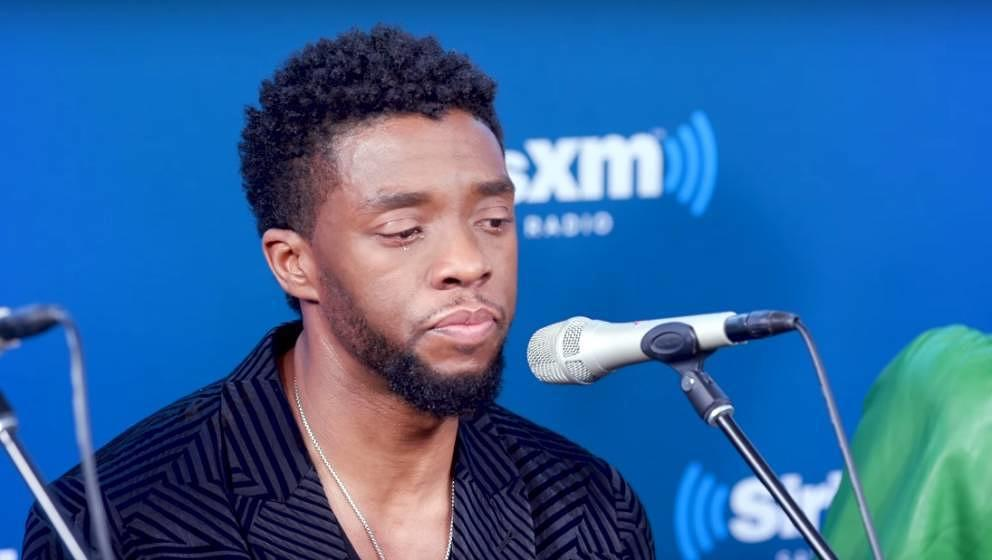Chadwick Boseman fängt während einer Pressekonferenz im Jahr 2018 zu weinen an, als er über zwei Kinder spricht, die an Kr