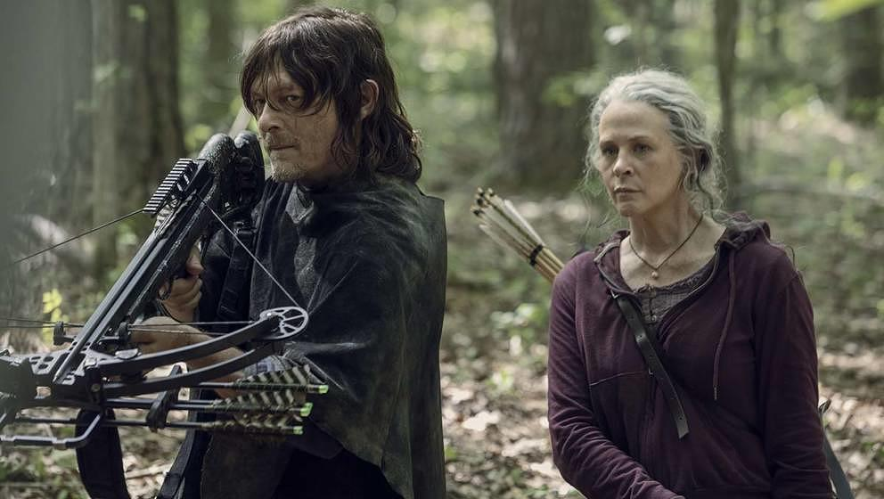 "Daryl (Norman Reedus) und Carol (Melissa McBride) in Staffel 10 von ""The Walking Dead"""