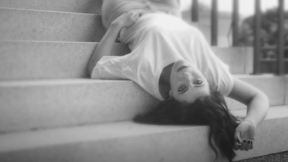 So kopfüber wie das Jahr 2020: Stefanie Kloß im neuen Video ihrer Band Silbermond