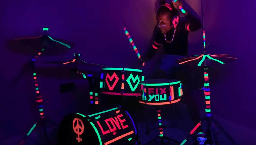 "Nandi Bushell covert auf YouTube ""Fix You"" von Coldplay."