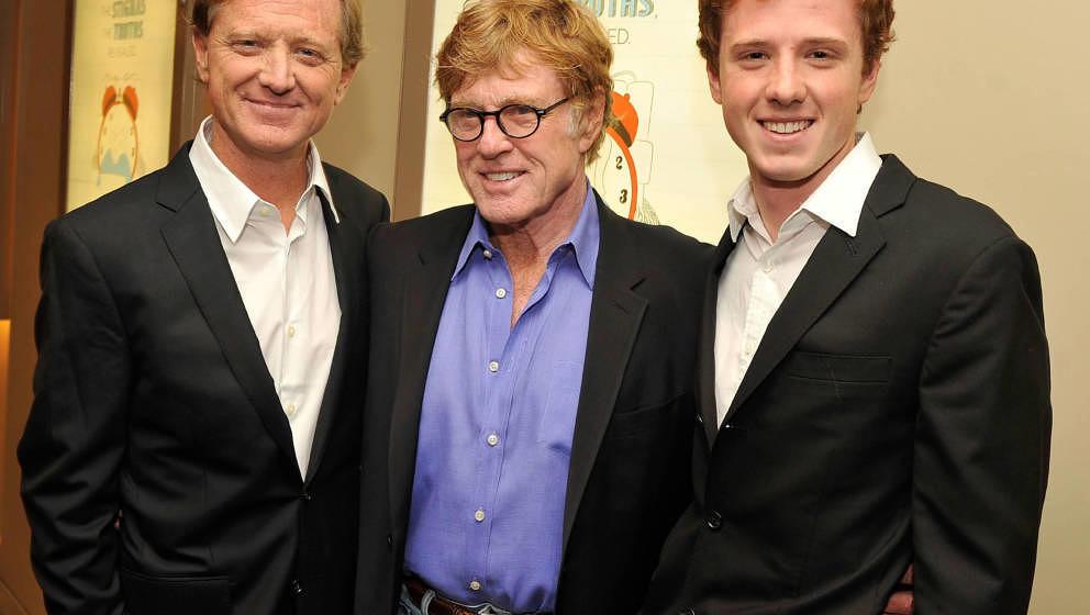 James Redford (links) mit Robert Redford (MItte) und seinem Sohn Dylan (rechts) am 25. Oktober 2012 bei einer Filmpremiere in