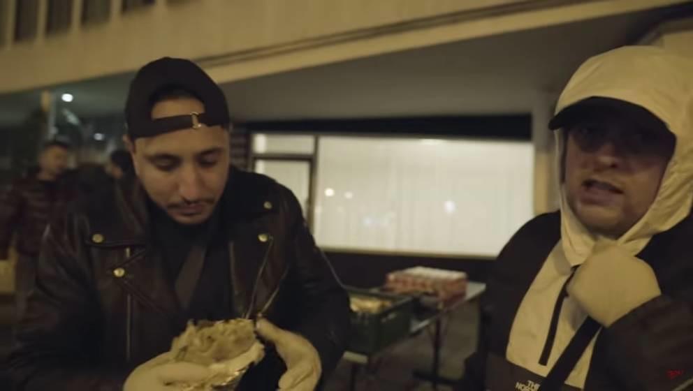 Die Frankfurter Rapper Celo & Abdi verteilen Essen an Bedürftige.
