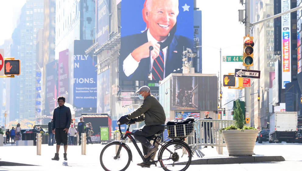 Plakat von Joe Biden am 10. November 2020 am New Yorker Times Square
