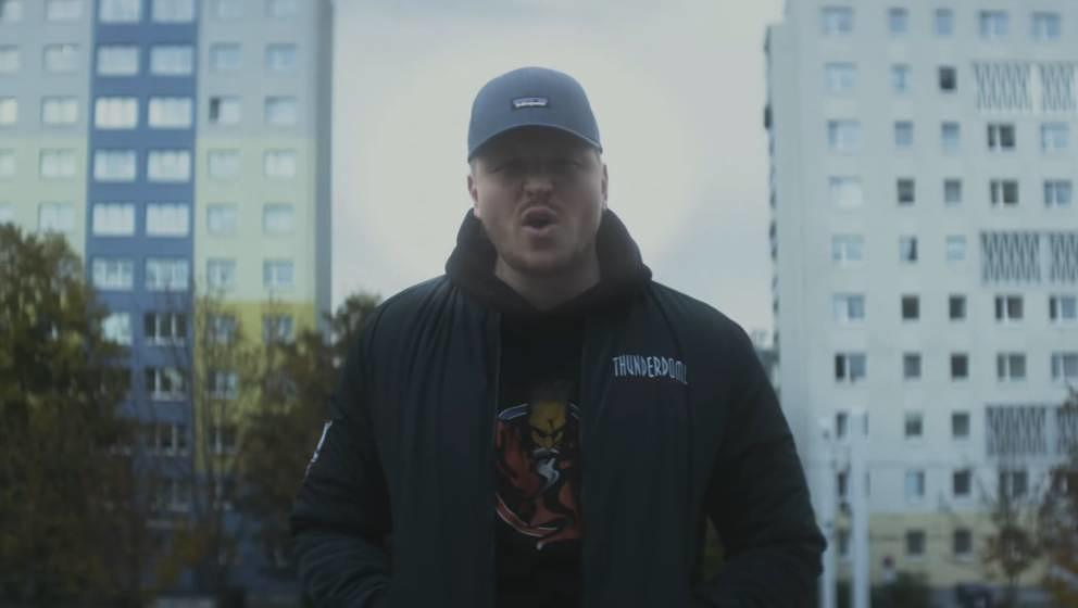 """Screenshot aus dem Musikvideo zu """"Onkelz Poster"""" von Finch Asozial und Tarek K.I.Z."""