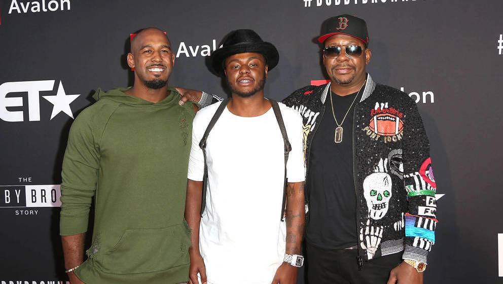 Bobby Brown Jr. (Mitte) zusammen mit seinem Bruder Landon Brown (links) und seinem Vater Bobby Brown (rechts)