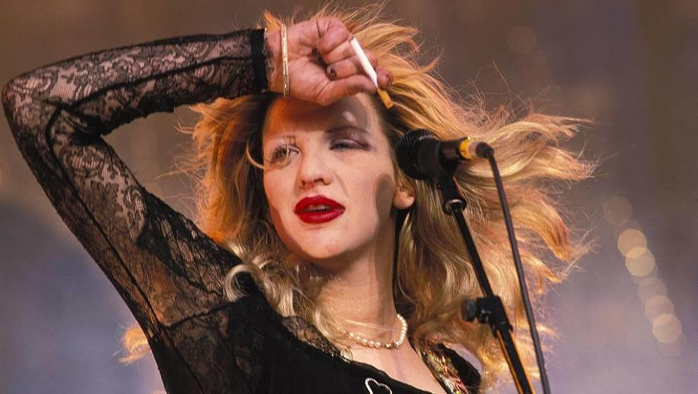 UNSPECIFIED - JANUARY 01:  Photo of HOLE and Courtney LOVE  (Photo by Mick Hutson/Redferns)