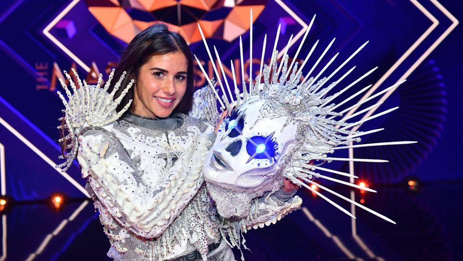HANDOUT - 24.11.2020, Nordrhein-Westfalen, Köln: Sarah Lombardi steht bei der ProSieben-Show «The Masked Singer» mit ihrer