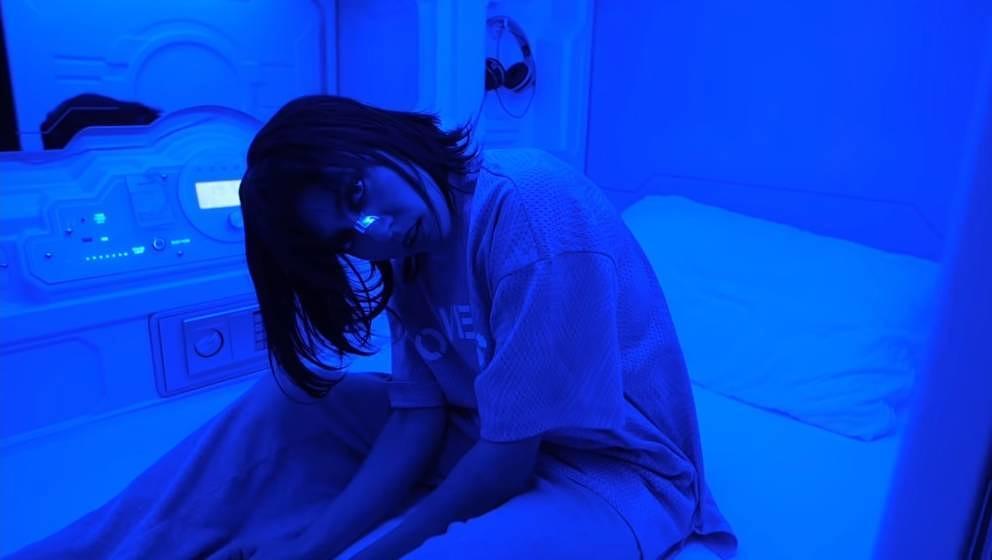 """Haiyti zeigt im Musikvideo zu """"Zu Real"""" Zähne."""