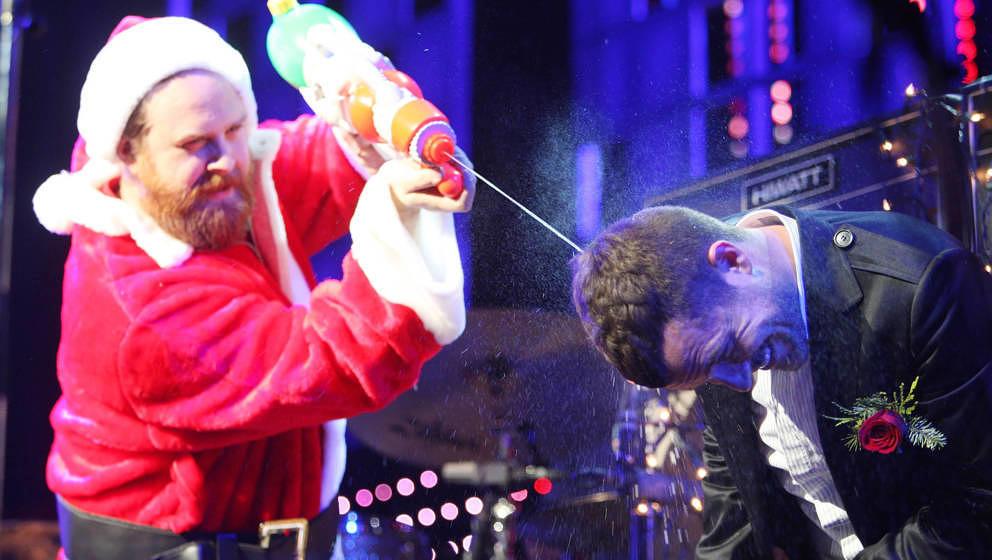 The-Killers-Sänger Brandon Flowers im  Dezember 2007, während er vom, äh, Weihnachtsmann nassgemacht wird