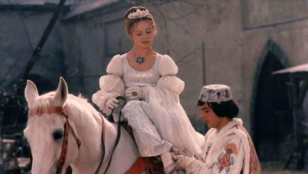"""Drei Haselnüsse für Aschenbrödel"" mit Libuše Šafránková als Aschenbrödel und Pavel Trávníček als Prinz."