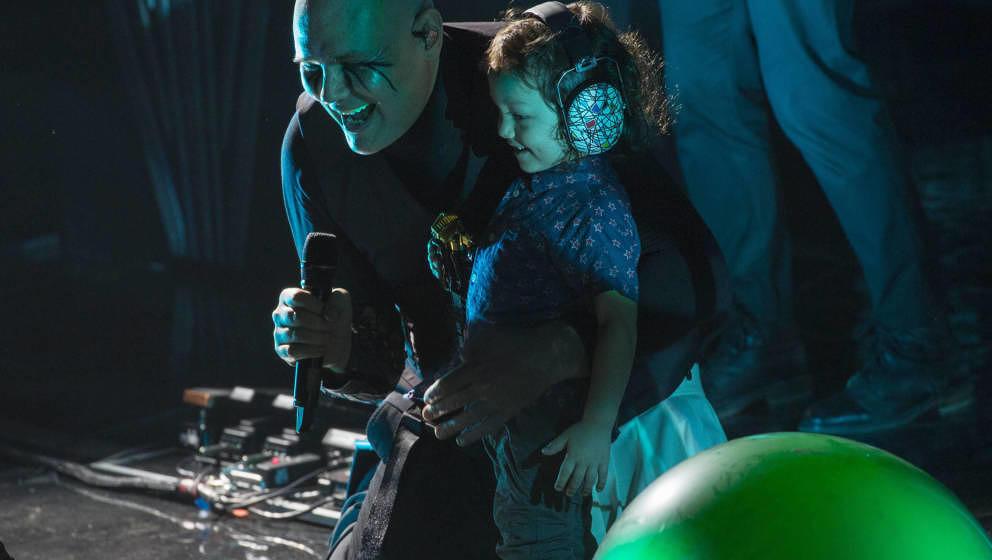 """""""NEVER FORGET""""-Dauergast im Geiste Billy Corgan von den Smashing Pumpkins, hier 2018 bei einer Weihnachtsshow in Chicago"""