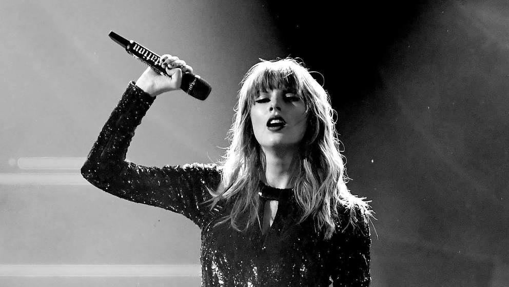 LOS ANGELES, CA - OCTOBER 09:  (EDITOR'S NOTE: Image has been converted to black and white.)  Taylor Swift performs onstage d
