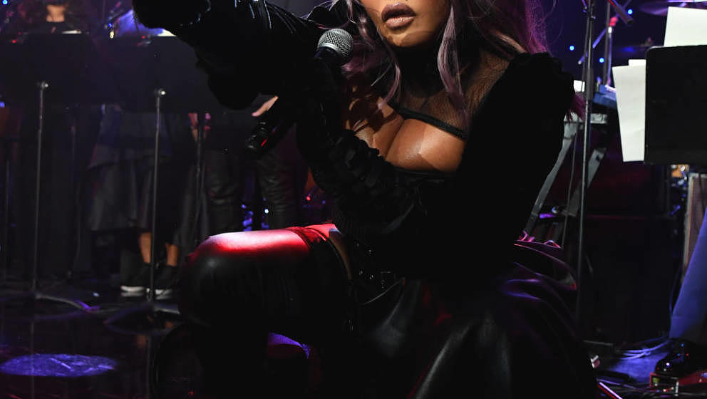 BEVERLY HILLS, CALIFORNIA - JANUARY 25: (EDITORS NOTE: Retransmission with alternate crop.) Lil' Kim performs onstage during