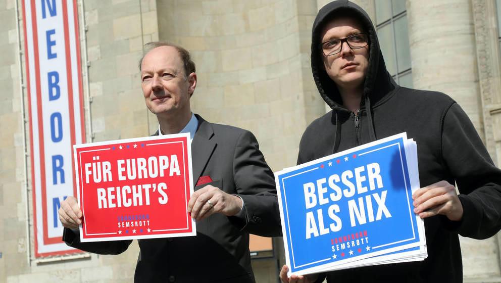 Hier noch in trauter Zweisamkeit: Martin Sonneborn (Die PARTEI), Vorsitzender, und Nico Semsrott (r), Comedian, starten vor d