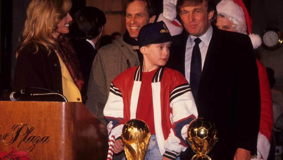 NEW YORK CITY - DECEMBER 5:  (L-R) Susan Anton, Keith Carradine, Macaulay Culkin and Donald Trump attend Fountain of Peace Tr