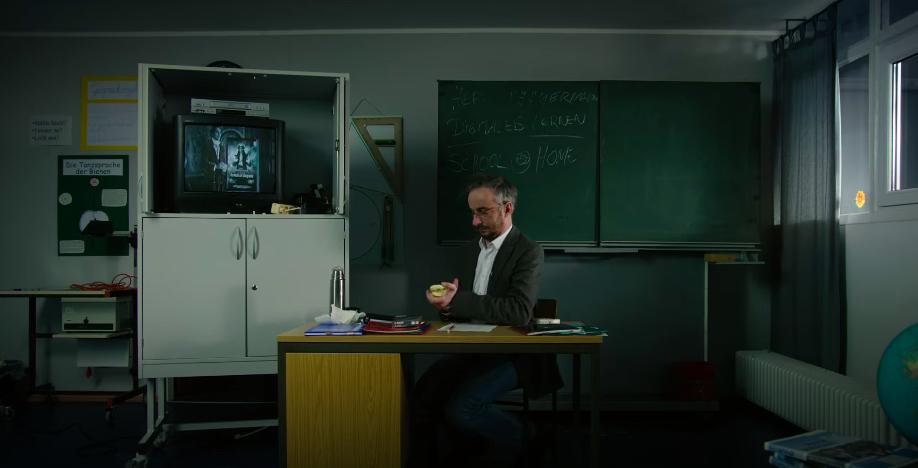 Jan Böhmermann als Lehrer, der seine Arbeit so macht, wie er sie schon immer tat