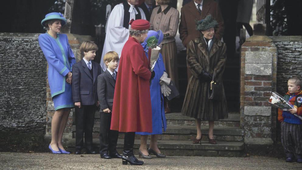 Lady Diana mit William und Harry sowie der Queen und Queen Mom beim Weihnachtswochenende in Sandringham 1991