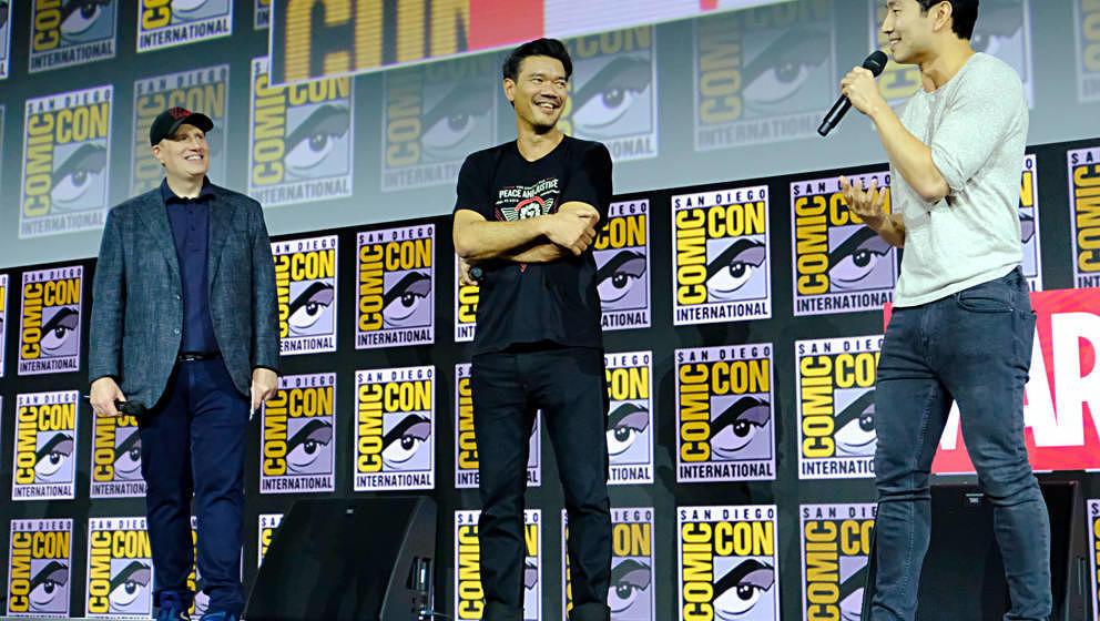 """Kevin Feige (Präsident der Marvel Studios), Regisseur Destin Daniel Cretton und Simu Liu von dem neuen Marvel-Film """"Shang-"""