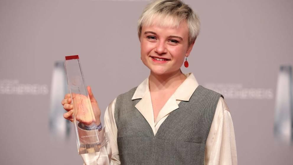 DUESSELDORF, GERMANY - JANUARY 31:  Lena Urzendowsky poses with her award as best newcomer during the German Television Award