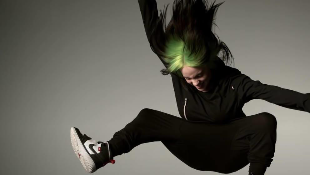 Screenshot von Billie Eilish im Video zur Live-Performance von 'ilomilo'
