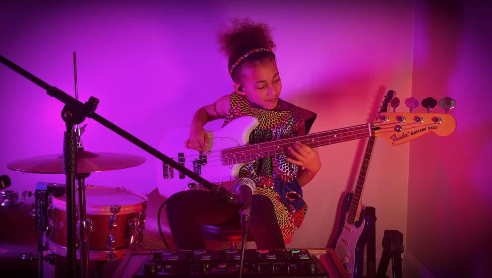 Die zehnährige Nandi Bushell begeistert das Internet mit ihren Coverversionen zahlreicher Rocksongs.